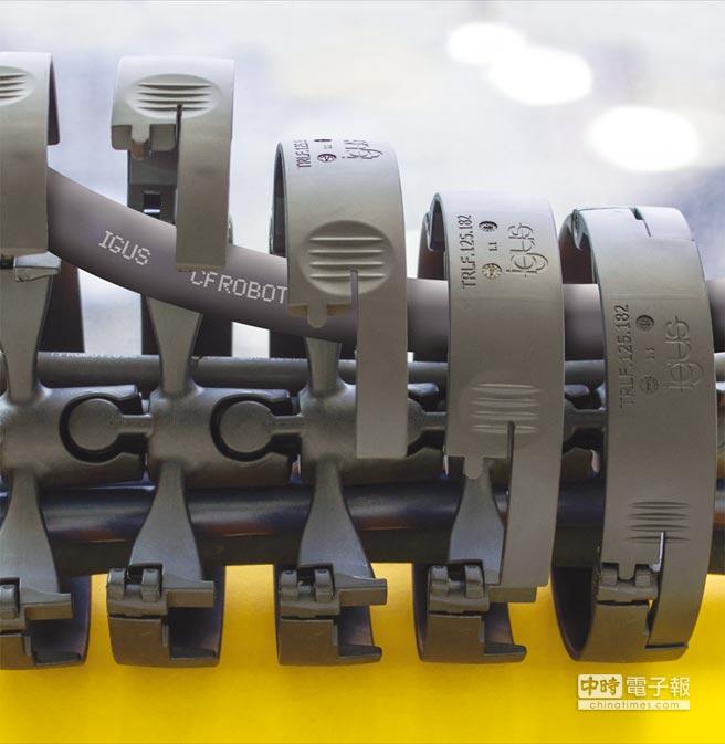 即使安裝在機械手臂上,triflex TRLF仍可以隨時簡單快速的開啟,能很快完成電纜的更換或裝填。圖/igus GmbH提供