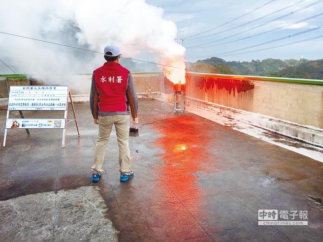 新竹地區將在下月實施第一階段限水,北水局昨天上午在寶二水庫集水區啟動人工造雨,增加降雨解水庫之危。(北水局提供)