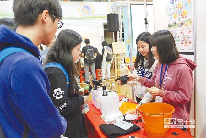 東海大學環境工程學系學生,教導高中生如何辨別活性碳口罩的真假。(翻攝照片)