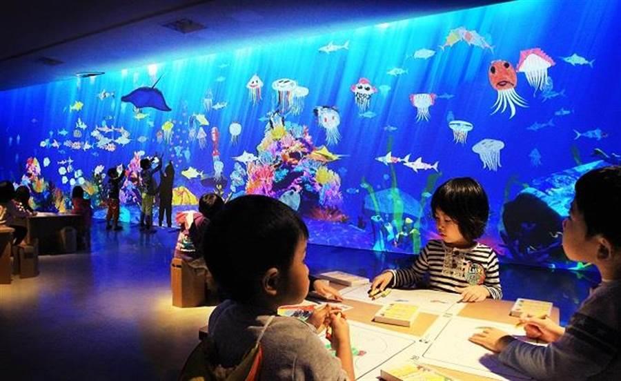 〈彩繪水族館〉將觀眾的創作與互動科技結合,創作出的海洋生物在藍海中悠遊。All Content © teamLab Inc.