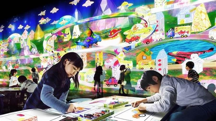 觀眾在〈彩繪城鎮〉的圖畫紙上任意著色,藉此過程體驗創作的樂趣,激發創意的無限可能。All Content © teamLab Inc.