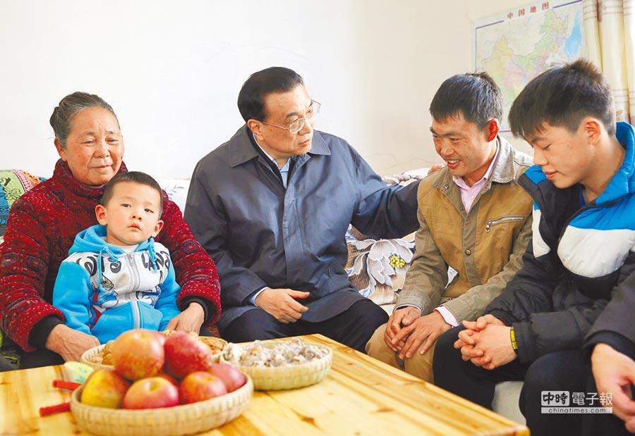 1月25日,大陸國務院總理李克強(右3)責令有關部門幫農民工依法討薪「討」回工錢。(中新社)