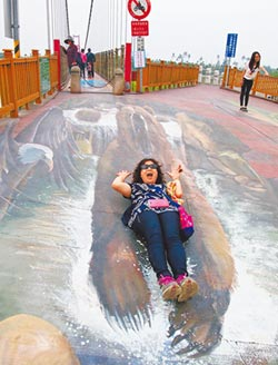 萬巒吊橋3D彩繪夯 成熱門景點