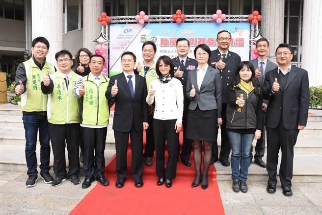 財團法人為升電裝教育基金會捐贈1000組胎壓監測器予彰化縣政府。(吳敏菁攝)