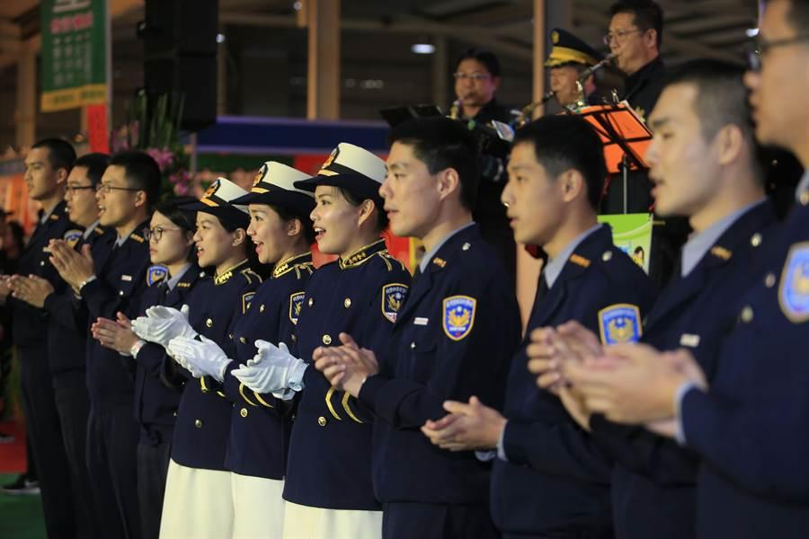 舞台表演活動警察專科學校學生與台中市警察局薩克斯樂團合作,唱警察進行曲。(黃國峰攝)
