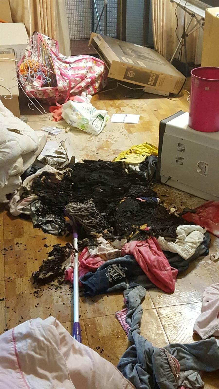 阮女將男友衣物、棉被點火燃燒,並視訊直播給男友看,所幸火勢0及時被撲滅未釀成災害。(林郁平翻攝)