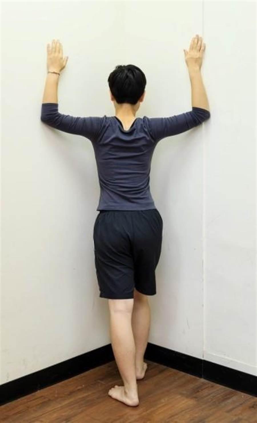 圖1推牆角運動:伸展胸部前側矯正上背姿勢。(合記圖書提供)