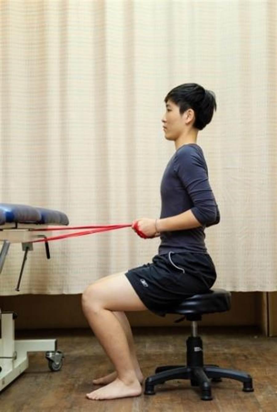 圖2上背肌力訓練:雙手拉彈力帶向後,帶動上背挺直與肩胛骨內收動作。(合記圖書圖供)