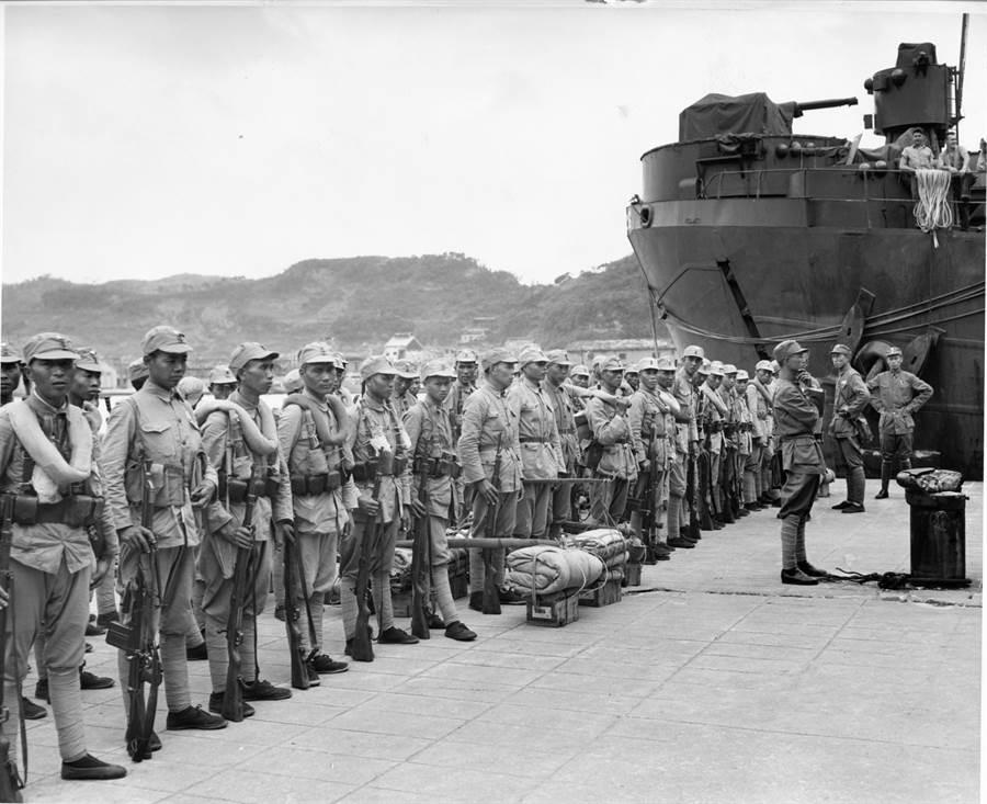 1945年10月17日,國軍第70軍官兵搭乘美軍戰車登陸艦抵達台灣。假若美軍真不願意讓中國擁有台灣,光憑國府海軍的能力也無法完成這個任務。(美國國家檔案館)