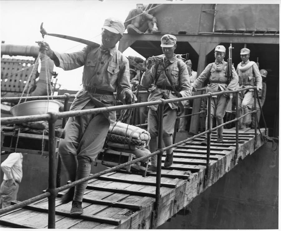 國軍官兵由LST戰車登陸艦上下船,他們是獲得美國授權與支援,完成收復台灣任務的中國軍隊。(美國國家檔案館)