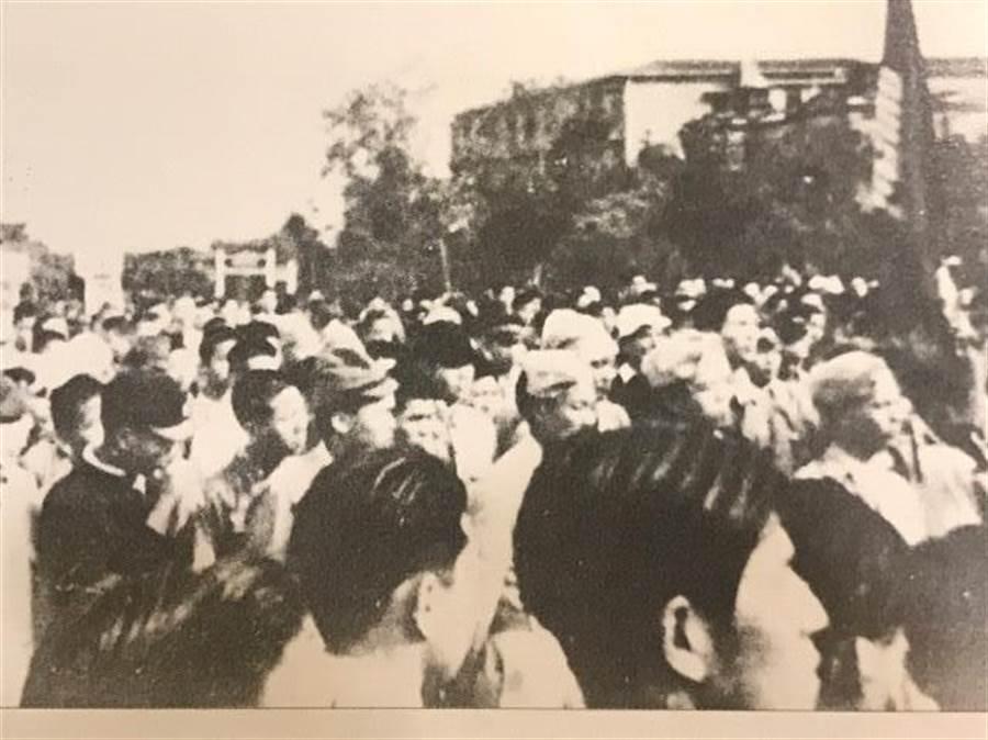 1947年1月2日,李登輝(右下方左邊算起第二人)參加了在台北的反美遊行。(網路照片)