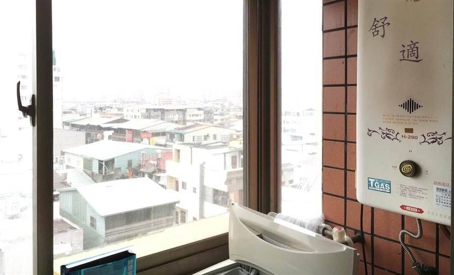 台中市太平區一棟大樓住戶將瓦斯熱水器裝在室內,加上窗戶緊閉,發生一氧化碳中毒意外,造成2死4傷。(盧金足翻攝)
