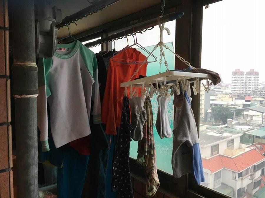 後陽台掛滿衣物,疑疑空氣不流通,釀一氧化碳中毒意外。(盧金足翻攝)