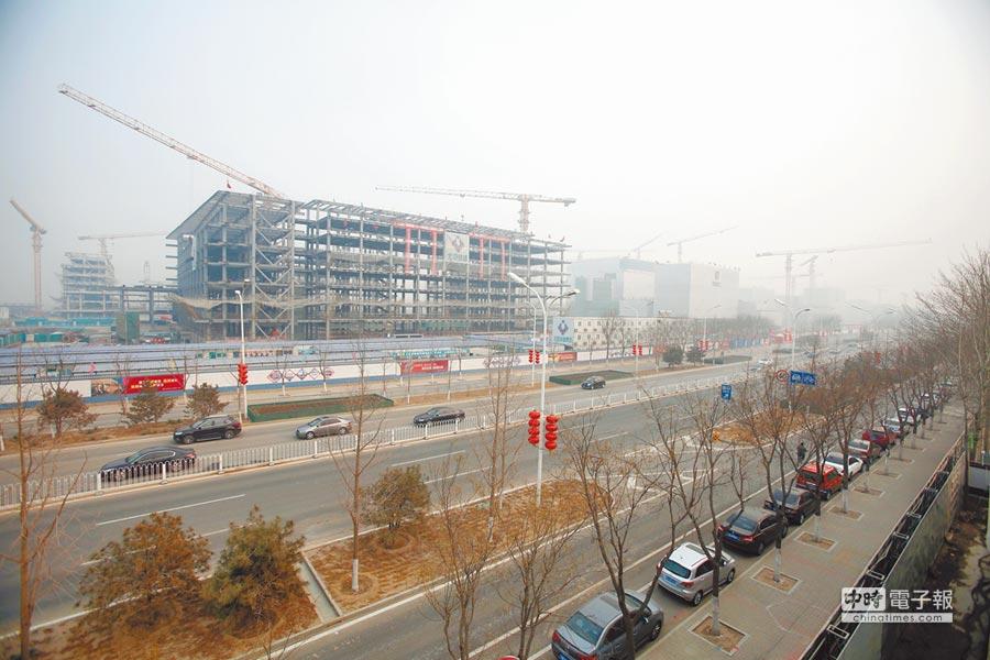 近日,北京城市副中心建設工地一派繁忙,起重機隆隆作響。這是近年來北京城市空間布局最大的一次調整。(中新社)