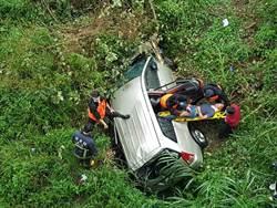 翻落10公尺深河床 駕駛昏迷4小時後手機求救