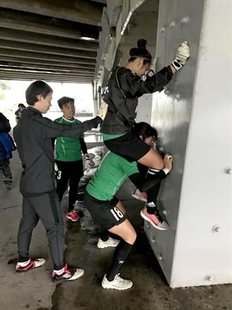 隊友扛上肩 中華女足這樣練重量
