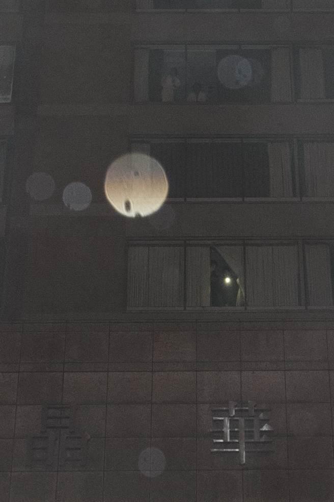 警消抵達時發現酒店尚未疏散旅客,有許多旅客仍在房內。(杜宜諳攝)