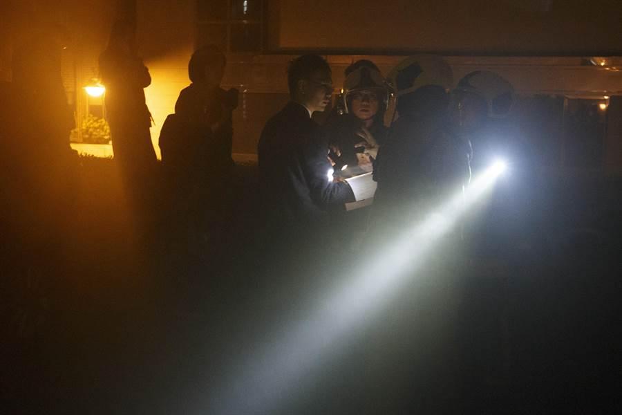 消防人員立即要求酒店人員協助疏散。(杜宜諳攝)