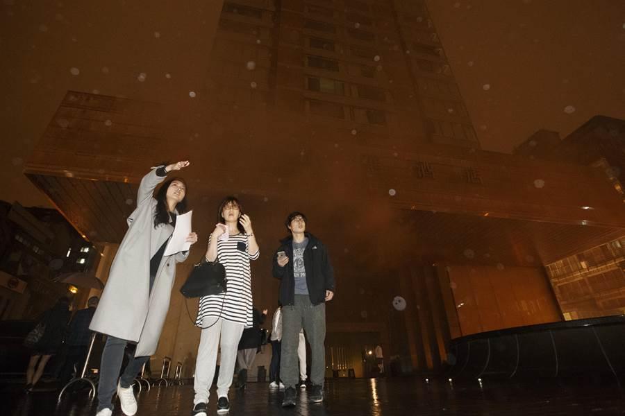 酒店人員協助導引旅客疏散。(杜宜諳攝)
