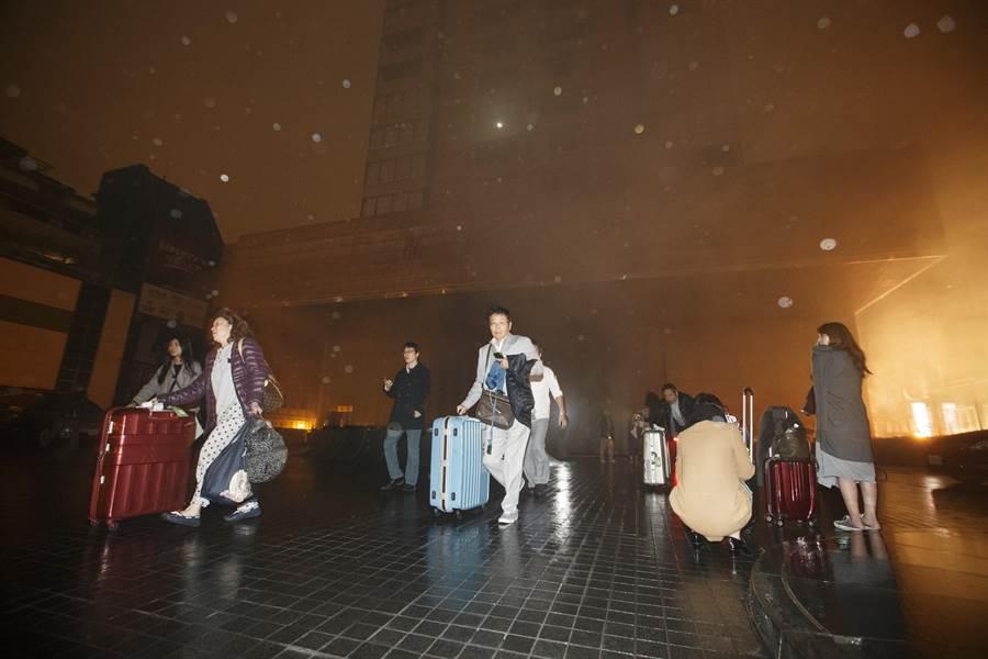晶華酒店半夜火警,旅客帶著行李倉皇逃出。(杜宜諳攝)