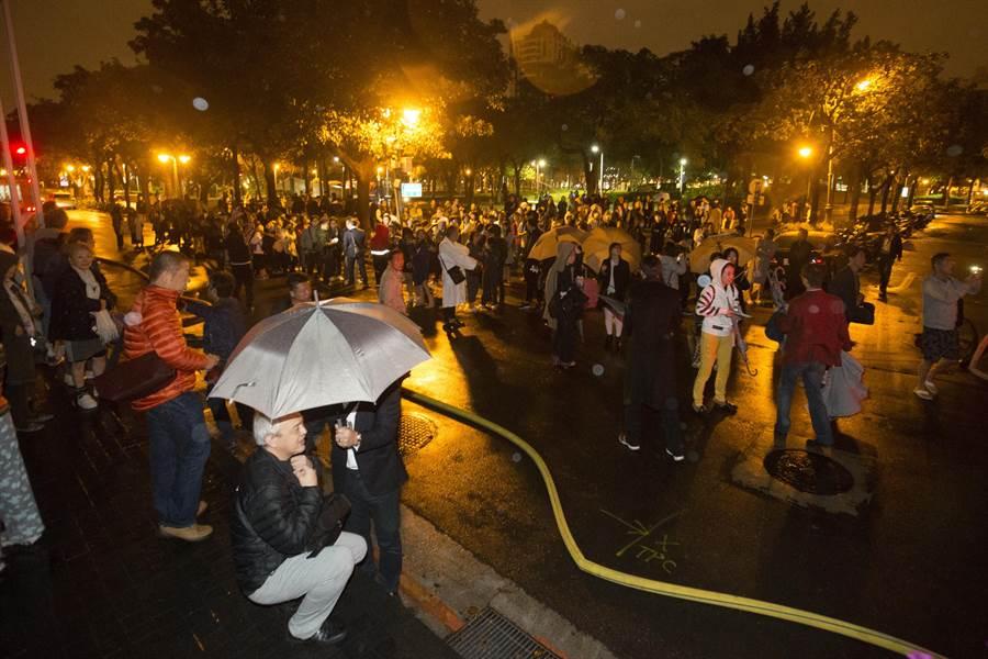 3百多名旅客被疏散至附近公園。(杜宜諳攝)