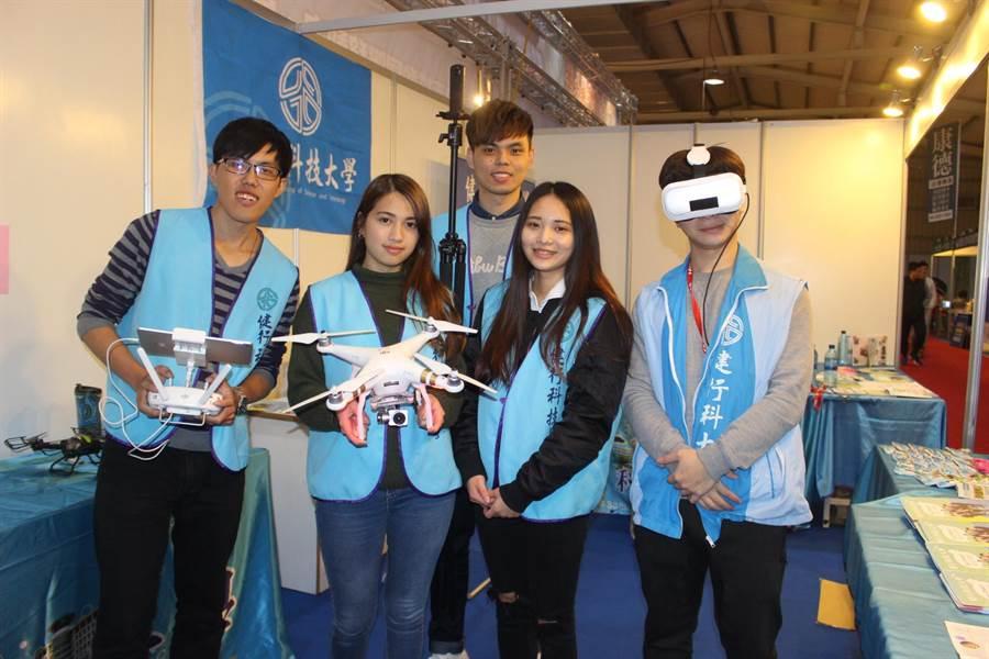 健行科技大學學生展示自行研發的空拍機、VR裝置。(王文吉攝)