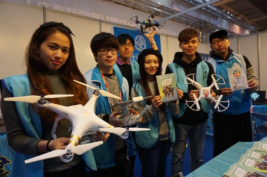 健行科技大學訓練學操作運用空拍機,並規劃相關研發課程。(王文吉攝)