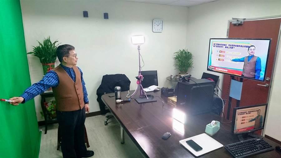 國民黨籍立法委員賴士葆(圖)在立法院研究室架起虛擬攝影棚,用社群網站臉書(facebook)直播向選民分析時政,未來還要邀專家學者及官員回應議題。他笑說,就像電視台報氣象。中央社記者王承中攝 106年2月25日