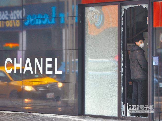 晶華酒店員工在香奈兒精品店被敲破的玻璃門口,進行復原工作。(季志翔攝)