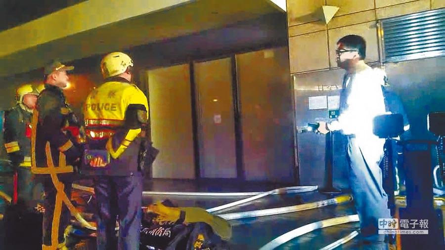 哪門子救災 ↑台北市晶華酒店昨天凌晨發生火警,警消在第一時間欲破門進入充滿濃煙的精品店內部時,有酒店人員(右)出面阻擋,並詢問是否一定要破門?(民眾提供)