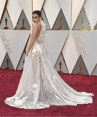 奥斯卡红毯 《歌喉讚》女星透视装下身看光