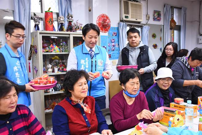 花蓮市長魏嘉賢(後左2)因應長照2.0政策,輔導社區志工取得證照。(許家寧攝)