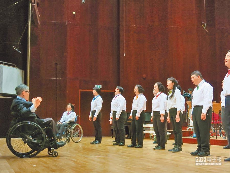 主要由智能障礙者組成的心路合唱團,今年「唱」入第20年,昨晚首度登上國內音樂最高殿堂國家音樂廳演出。(心路基金會提供)