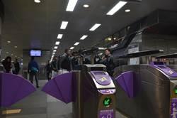 進出站太急 桃捷高鐵桃園站票口閘門被撞壞