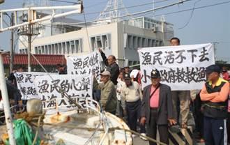 漁獲配額限縮難生存 東港船主舉布條陳情