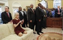 穿鞋踩白宫沙发 川普幕僚康威挨批不敬