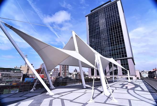 位在萬華火車站的「凱達大飯店」,也和板橋凱撒大飯店與希爾頓飯店一樣,都預計在今年6月營運。(圖/姚舜攝)