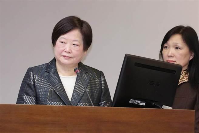 勞動部長林美珠(左)1日出席立法院衛環委員會進行「勞動基準法修法後媒體勞動環境現況報告」,會前回應媒體是否會調整一例一休時,強調目前是適應期。(方濬哲攝)