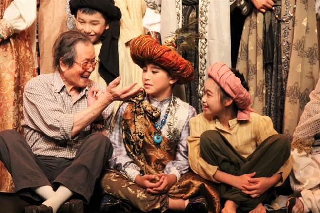 宜蘭縣百果樹紅磚屋今起由黃大魚兒童劇團改為黃大魚文化藝術基金會經營。圖為黃春明與黃大魚兒童戲劇團成員互動模樣(本報資料照片)