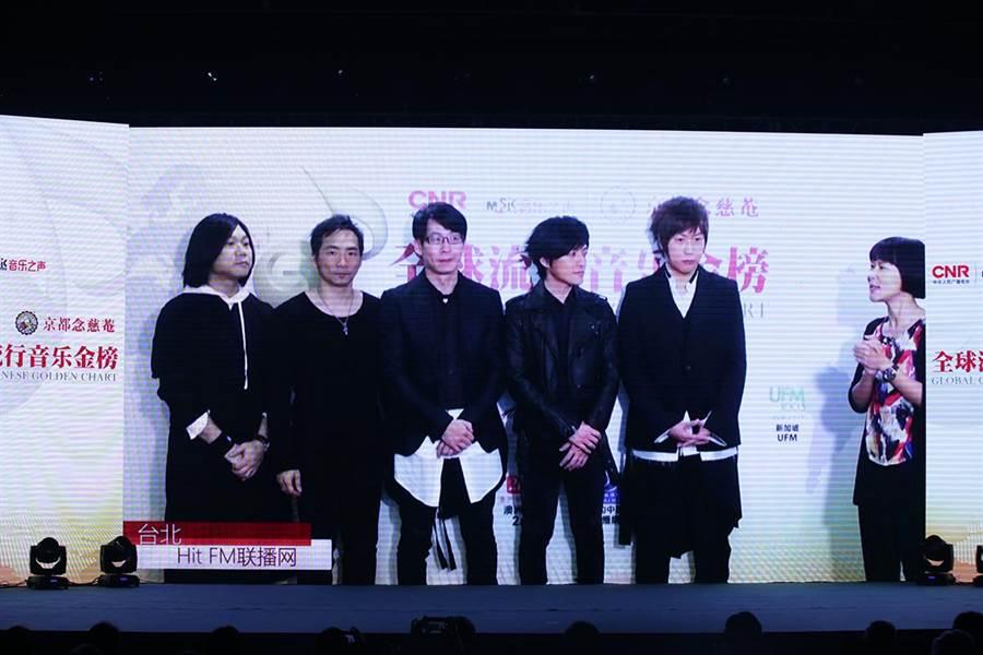 五月天在台北HitFM聯播網為全金榜送上祝福,並揭晓了2016年度二十大金曲榜單。(Hit Fm 聯播網提供)