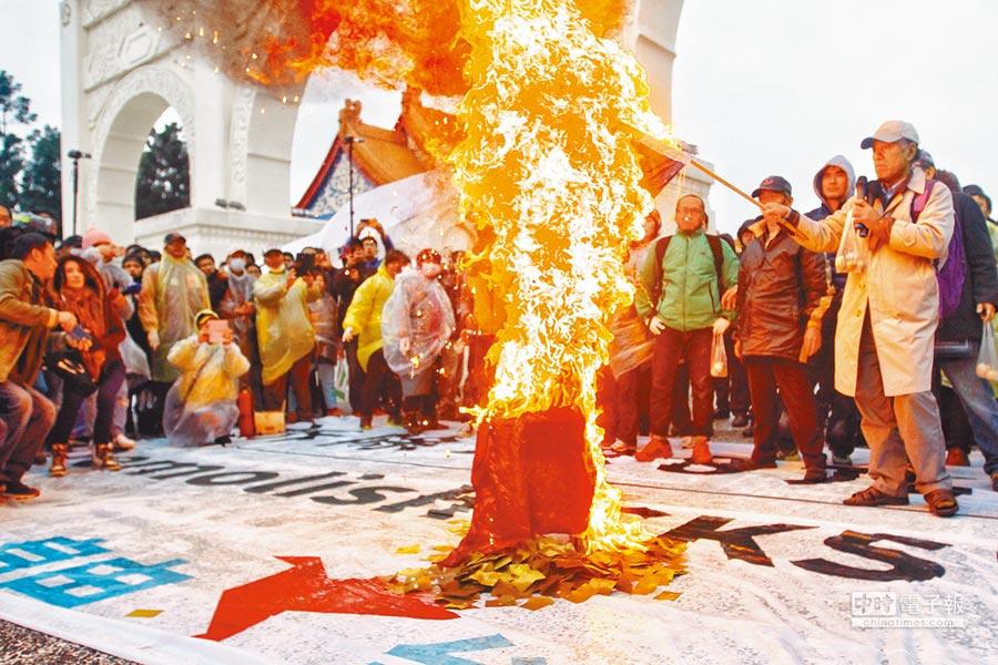槓上↑↗自由台灣黨主席蔡丁貴(上圖拿國旗者)昨日率領台灣國成員蛋洗自由廣場牌坊,隨後焚燒國旗。蔡丁貴宣稱曾會晤文化部長鄭麗君,提及中正紀念堂前激烈示威行動,鄭並未反對,僅說「充分尊重人民表達意見的自由。」(杜宜諳、實習記者蔣淮薇攝)