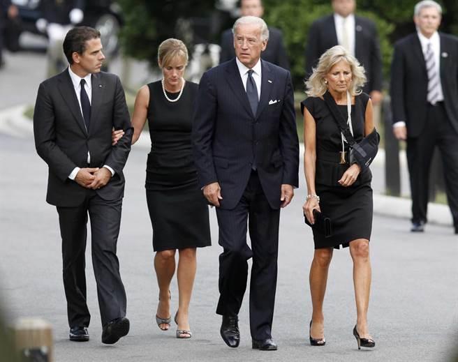 時任美國副總統的拜登(右二)2009年8月29日與妻子吉兒(右),以及次子韓特(左)與次媳凱瑟琳(Kathleen)出席麻州參議員愛德華‧甘迺迪(Edward M. Kennedy)在在華府阿靈頓國家公墓的葬禮。(圖/美聯社)