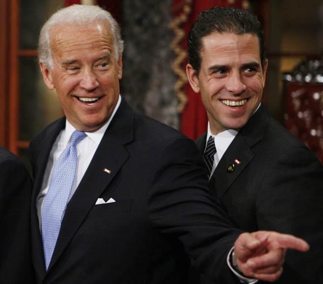 拜登(左)2009年1月6日與次子韓特在華府出席參議員宣誓就職儀式的神情。(圖/美聯社)