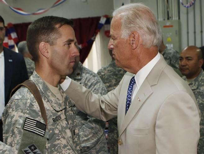時任美國副總統的拜登(右)2009年7月4日在伊拉克首都巴格達郊區的美軍營區會見長子波伊。(圖/美聯社)