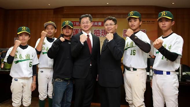 恆春國中青少棒隊球員與台灣運彩公司總經理林博泰(左四)、恆春國中校長鄔世榮(右三)、教練李祖岑(左三)。(李弘斌攝)