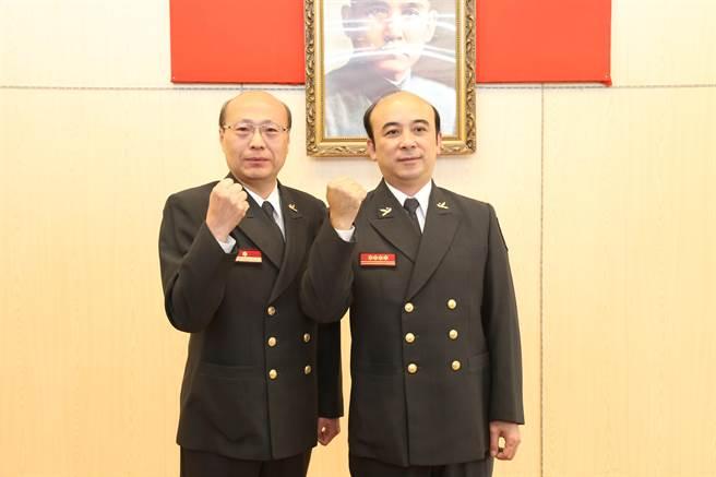 新竹市消防局新任副局長洪士炫(左)、秘書葉日凱。(郭芝函攝)