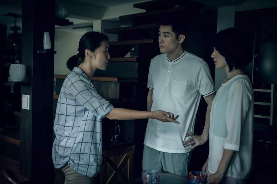 張詩盈(左),劇中與弟弟施易男針鋒相對。(好風光)