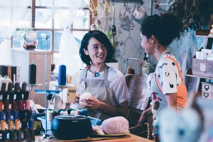 林子熙經營手作布偶店,范時軒(右)飾演店員。(好風光)