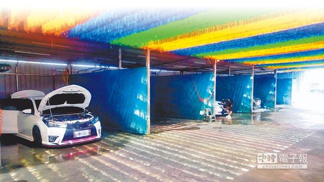 24小時營業↑→中南部自助洗車站近年來增加不少,DIY自助風潮日盛,銅板、無人經濟正夯。(莊曜聰攝)