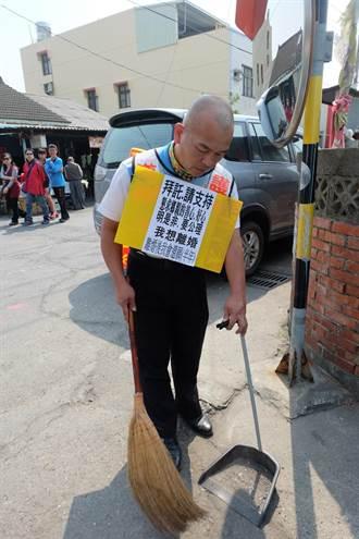男子穿「我想離婚」衣 岳家掃地求支持